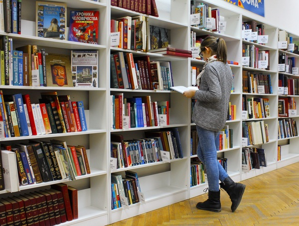 student-girl-in-library